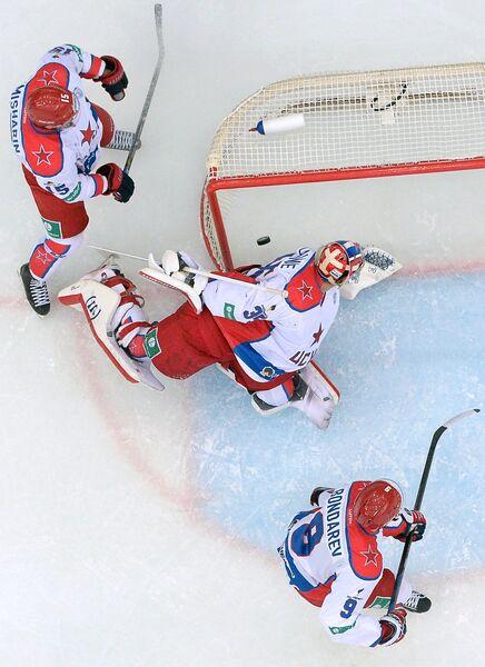 Вратарь ПХК ЦСКА Кевин Лаланд (в центре) пропускает шайбу в свои ворота