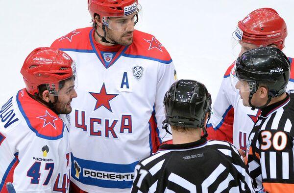 Нападающий ПХК ЦСКА Александр Радулов (слева) спорит с главным судьей Виктором Гашиловым (справа)