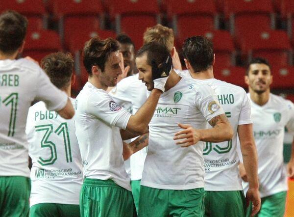 Футболисты Терека радуются забитому голу.