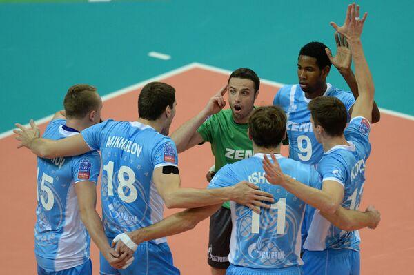 Волейболисты Зенит-Казань радуются выигранному очку в матче Лиги чемпионов.
