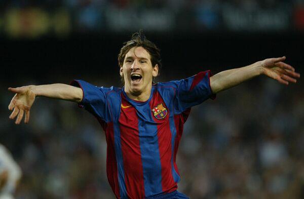 Лионель Месси радуется первому забитому мячу за Барселону в официальных матчах, 2005 год