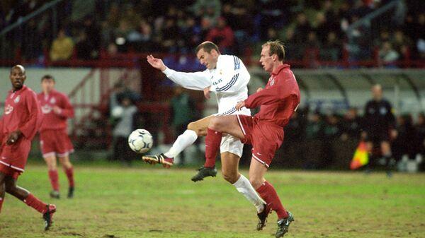 Игровой момент матча Локомотив - Реал. Март 2003 года