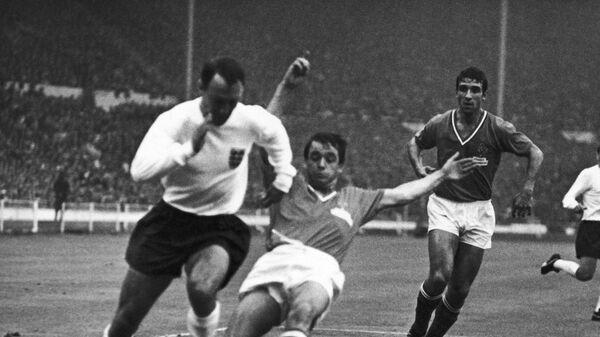 Нападающий сборной Англии по футболу Джимми Гривз (слева) в матче чемпионата мира-1966 с командой Франции