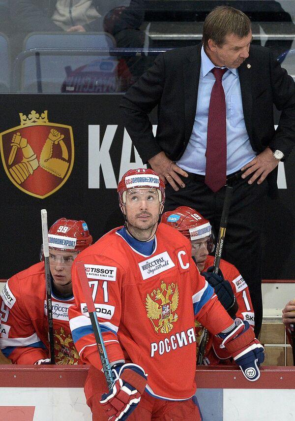 Форвард сборной России Илья Ковальчук (в центре) и главный тренер сборной России Олег Знарок (справа)