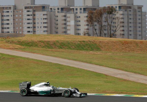 Пилот Мерседеса Нико Росберг на дистанции Гран-при Бразилии