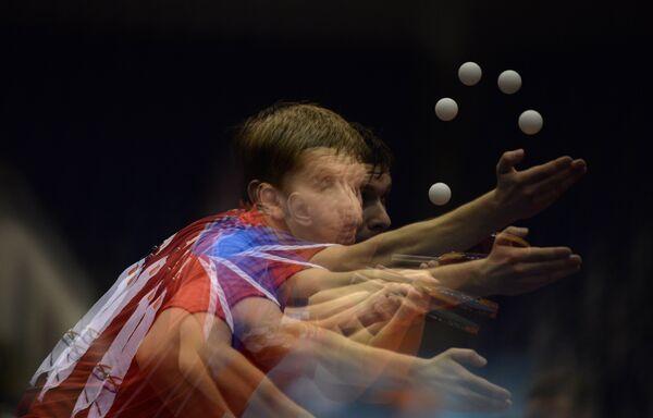 Михаил Пайков (Россия) в четвертьфинальном матче командного мужского турнира по настольному теннису