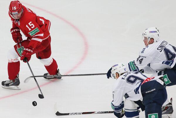 Игрок Витязя Роман Горак и игроки Динамо Максим Карпов и Дмитрий Синицын (слева направо)