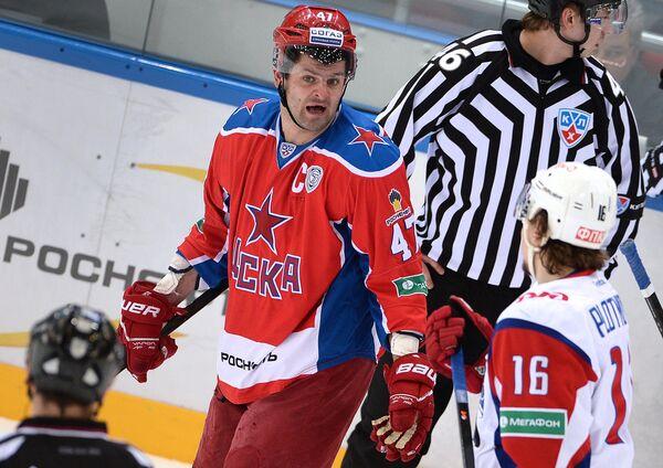Нападающий ПХК ЦСКА Александр Радулов (слева) и нападающий ХК Локомотив Сергей Плотников (справа)