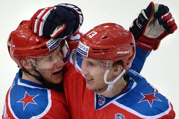 Хоккеисты ЦСКА Сергей Андронов (слева) и Роман Любимов радуются заброшенной шайбе