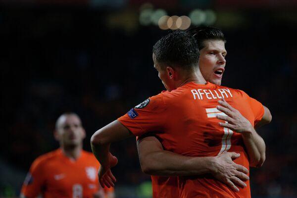 Футболисты сборной Нидерландов Клас-Ян Хюнтелар и Ибрагим Аффеллай