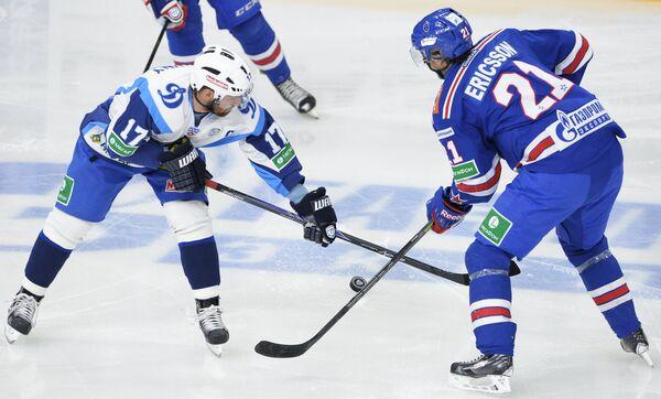 Нападающий Динамо Алексей Калюжный (слева) и нападающий СКА Джимми Эрикссон