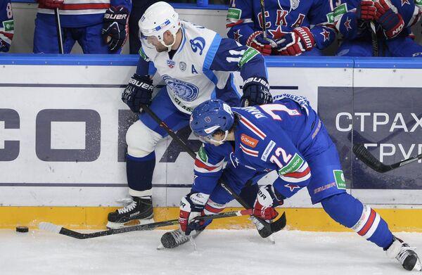 Нападающий минского Динамо Александр Кулаков (слева) и нападающий СКА Артемий Панарин