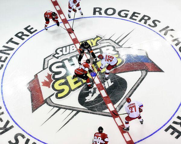 Игровой момент матча молодежной сборной России по хоккею против сборной хоккейной лиги провинции Онтарио (OHL)