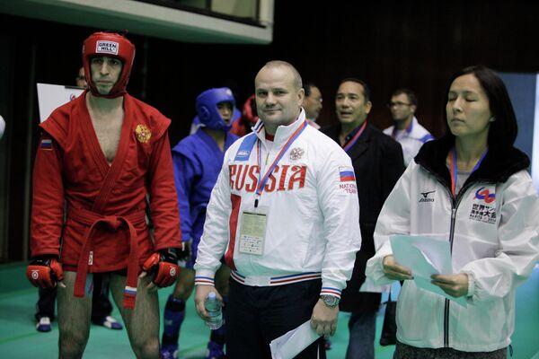 Старший тренер сборной России по боевому самбо Александр Конаков и Заур Азизов (слева)