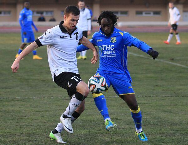 Игрок Торпедо Александр Салугин (слева) и игрок Ростова Режиналь Горё
