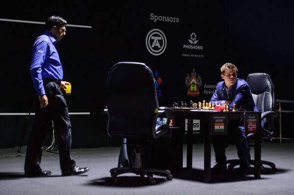 Слева направо: шахматисты Вишванатан Ананд (Индия) и Магнус Карлсен (Норвегия)