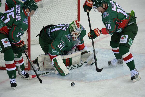 Хоккеисты Ак Барса Шелдон Брукбэнк, Андерс Нильссон, Игорь Мирнов (слева направо).