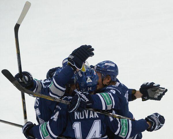 Хоккеисты Динамо радуются забитой шайбе