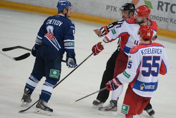Игрок Динамо Алексей Цветков (слева) и игроки ЦСКА Богдан Киселевич, Александр Радулов (справа налево)