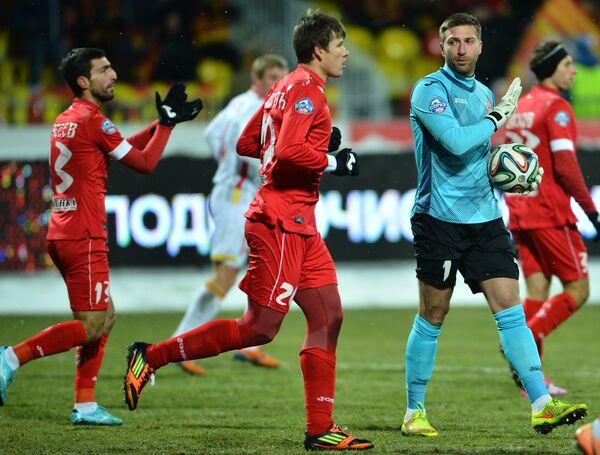 Футболисты Уфы Азамат Засеев, Денис Тумасян и голкипер Давид Юрченко (слева направо)