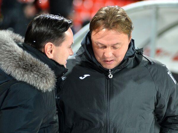 Главный тренер Арсенала Дмитрий Аленичев (слева) и главный тренер Уфы Игорь Колыванов.