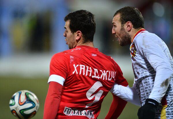 Нападающий Уфы Харис Ханджич (слева)