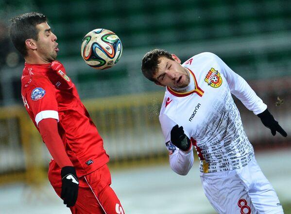 Нападающий Уфы Харис Ханджич (слева) и защитник Арсенала Сергей Сухарев