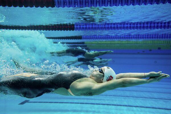 Спортсменки на дистанции эстафеты 4х100 м комплексом