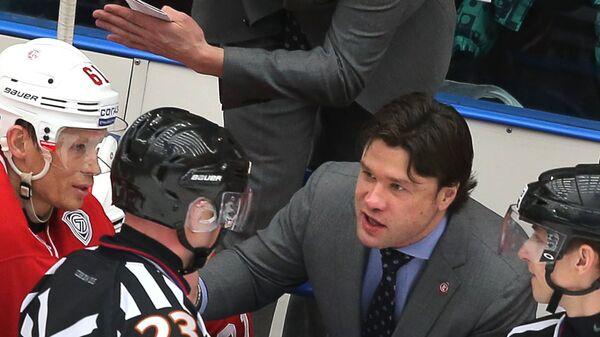 Главный тренер ХК Витязь Олег Ореховский и ассистент главного тренера Равиль Якубов (справа налево в центре)