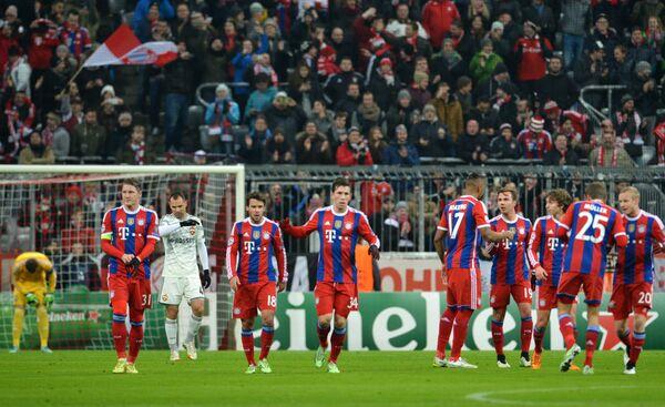 Футболисты Баварии радуются голу, забитому в ворота ЦСКА