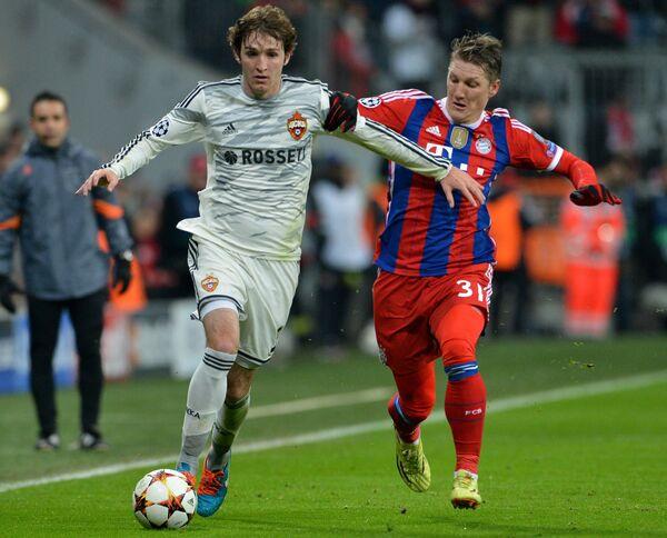 Защитник ЦСКА Марио Фернандес (слева) и полузащитник Баварии Бастиан Швайнштайгер