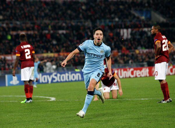Полузащитник Манчестер Сити Самир Насри радуется забитому мячу в ворота Ромы