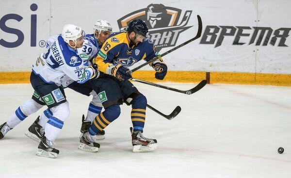 Форвард Атланта Максим Майоров (справа) и игроки Барыса Брэндон Боченски и Майк Лундин (слева направо)