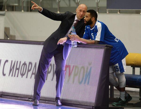 Главный тренер БК Зенит Василий Карасев и защитник БК Зенит Вальтер Ходж (слева)