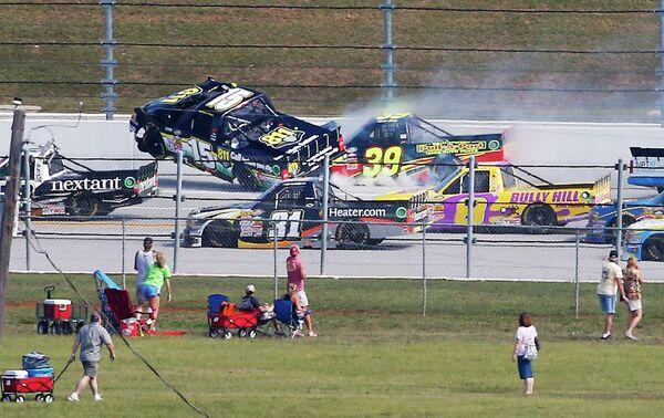 Столкновение автогонщиков Мэйсона Мингуса (15) и Райана Сига (39) во время этапа NASCAR Truck series в Талладеге