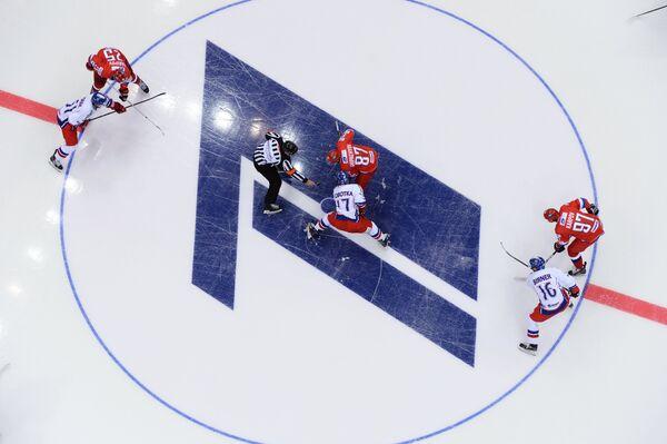 Стартовое вбрасывание матча Кубка Первого канала Россия - Чехия.