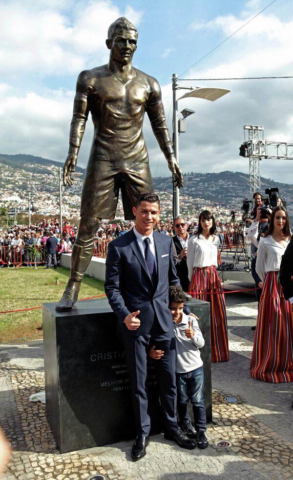 Статуя Криштиану Роналду в его родном городе Фуншале на острове Мадейра