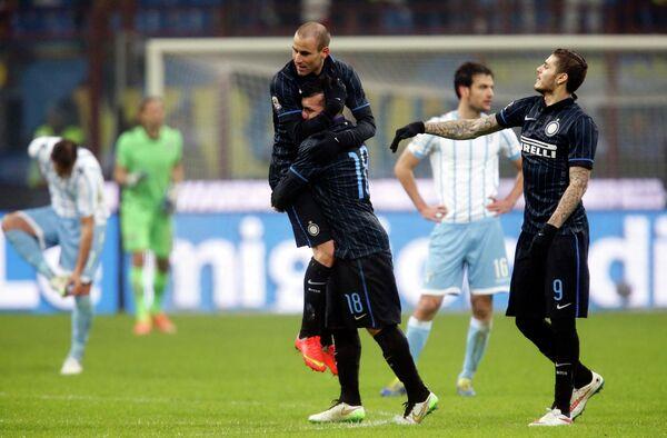 Футболисты Интера радуются голу в ворота Лацио