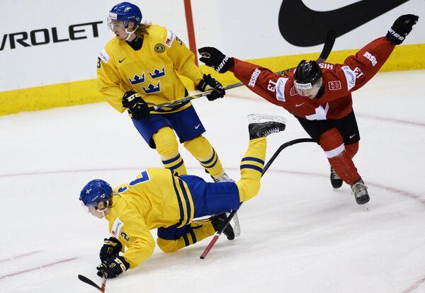Игровой момент матча Швейцария - Швеция на МЧМ-2015