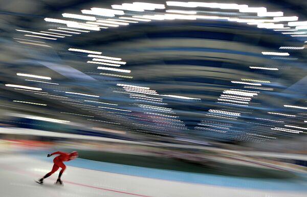 Конькобежец на чемпионате Европы в классическом многоборье в Челябинске