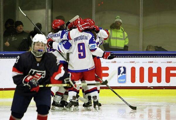 Хоккеистки молодежной сборной России радуются заброшенной шайбе в ворота американок
