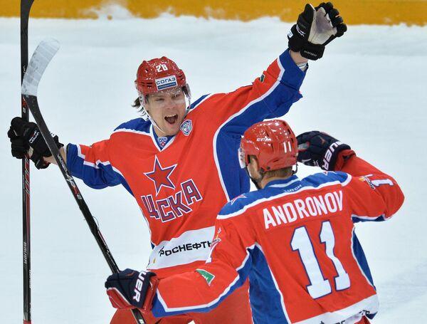 Хоккеисты ЦСКА Ондржей Немец (слева) и Сергей Андронов радуются заброшенной шайбе