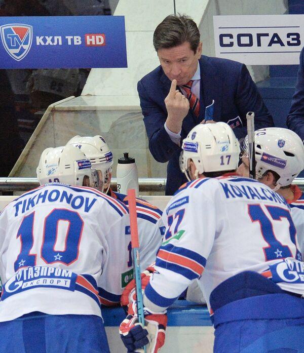 Главный тренер СКА Вячеслав Быков (в центре) вместе с игроками клуба