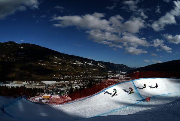 Спортсмены в 1/8 финала на соревнованиях по сноуборд-кроссу на чемпионате мира в Крайшберге