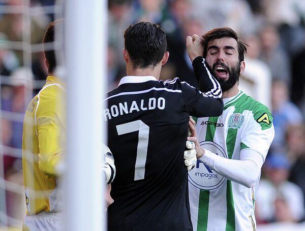 Защитник Кордовы Хосе Анхель Креспо и нападающий мадридского Реала Криштиану Роналду