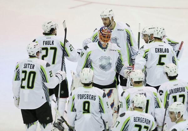 Команда Джонатана Тэйвза радуется победе в Матче всех звезд НХЛ
