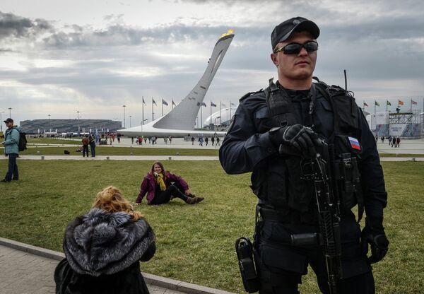 Сотрудник специального подразделения обеспечивает безопасность участников и гостей Олимпийского парка в Сочи
