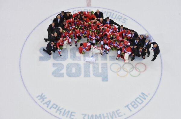 Хоккеисты сборной Канады после победы в финале турнира на ОИ-2014