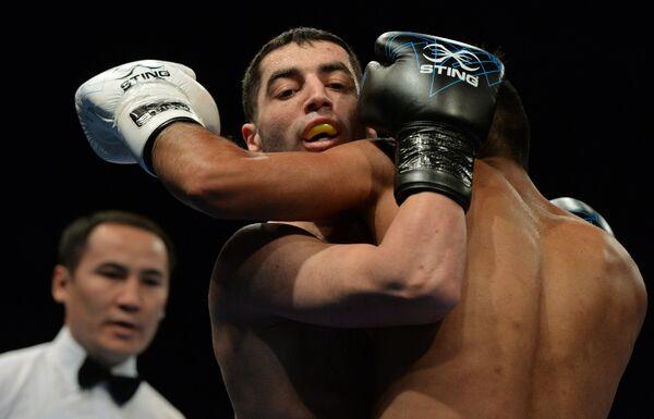 Российский боксер Михаил Алоян (в центре)