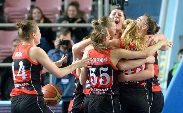 Баскетболистки команды Спарта энд К радуются победе в матче Финала Четырех женского Кубка России по баскетболу